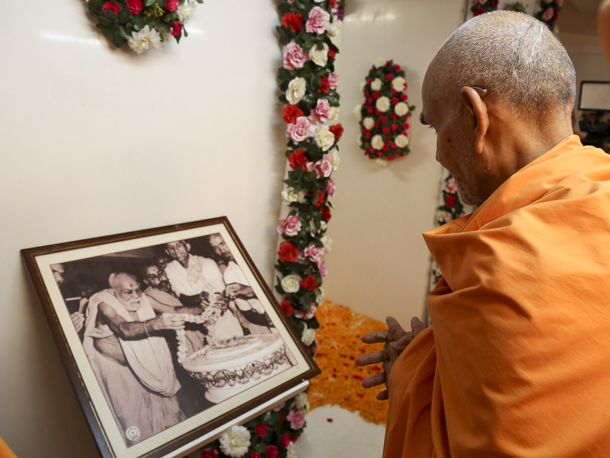 Param Pujya Mahant Swami observes a photo of Yogiji Maharaj, 22 Oct 2016