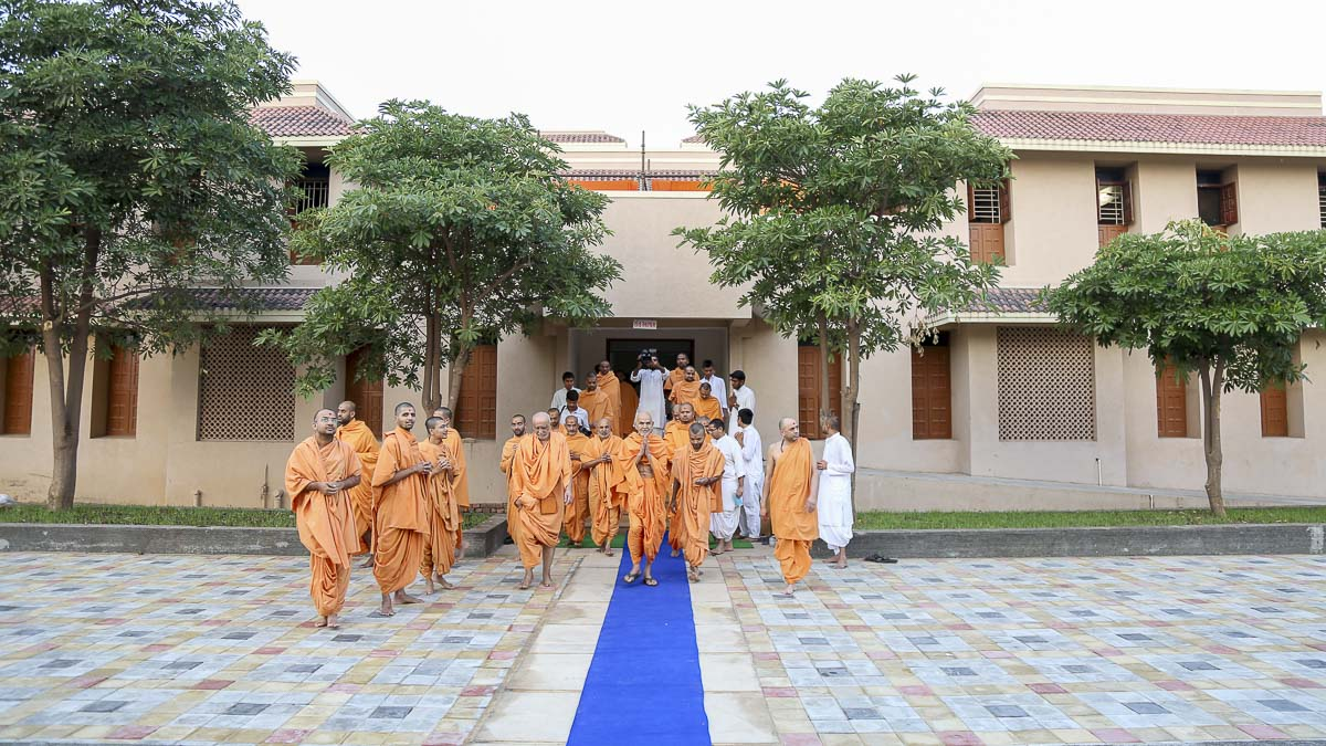 Param Pujya Mahant Swami on his way for Thakorji's darshan, 23 Oct 2016