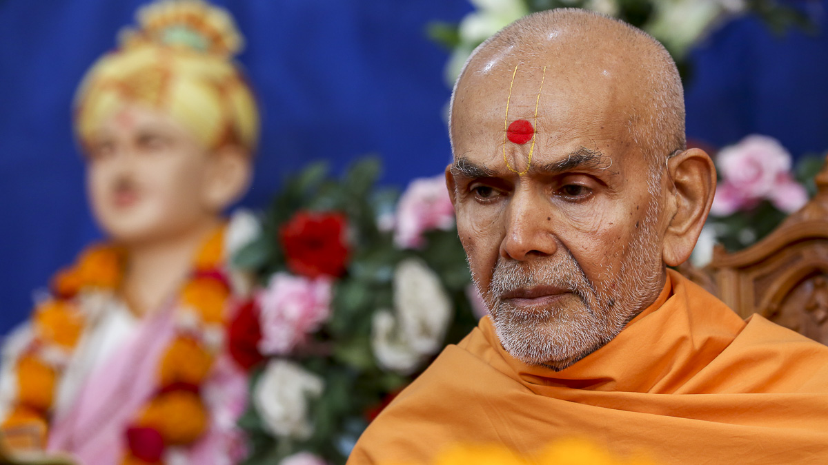 Param Pujya Mahant Swami performs his morning puja, 23 Oct 2016