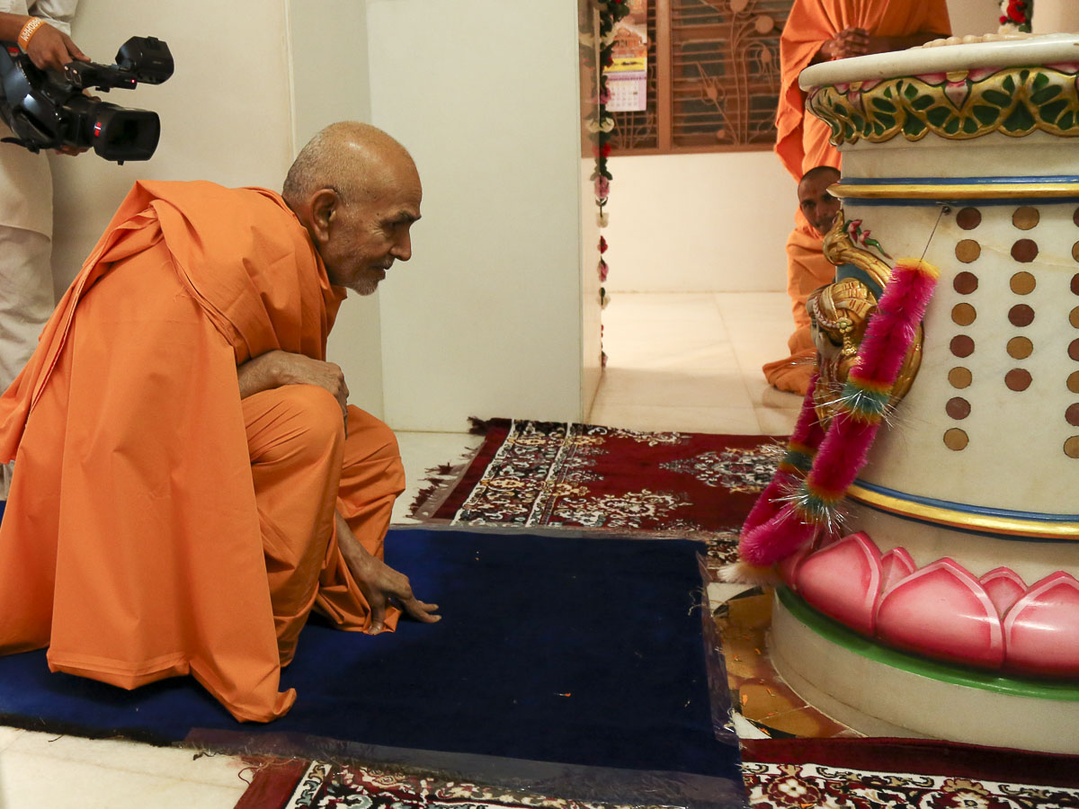 Param Pujya Mahant Swami engrossed in darshan at Aksharbrahman Gunatitanand Swami's birthplace, 23 Oct 2016