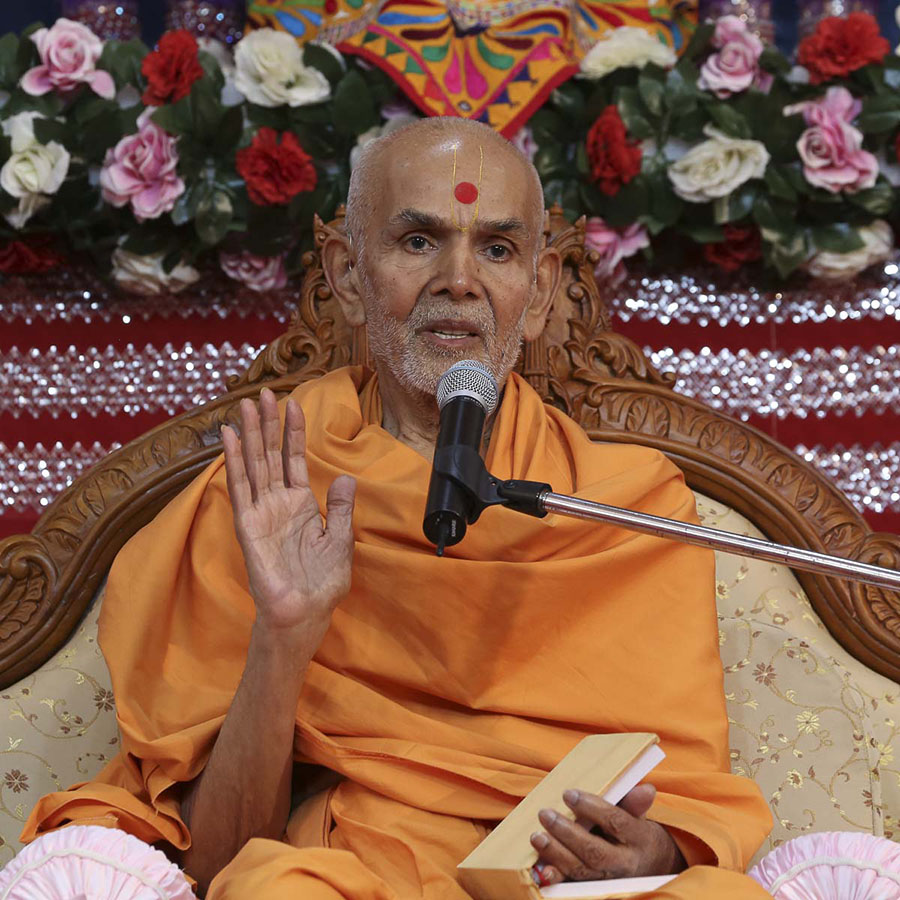 Param Pujya Mahant Swami blesses the morning satsang assembly, 23 Oct 2016