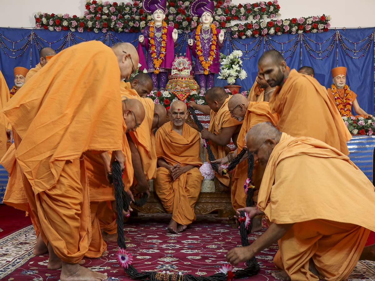 Sadhus honor Param Pujya Mahant Swami with a garland, 23 Oct 2016