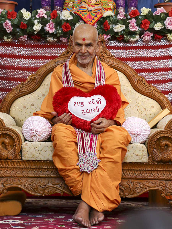 Param Pujya Mahant Swami honored with a garland, 23 Oct 2016