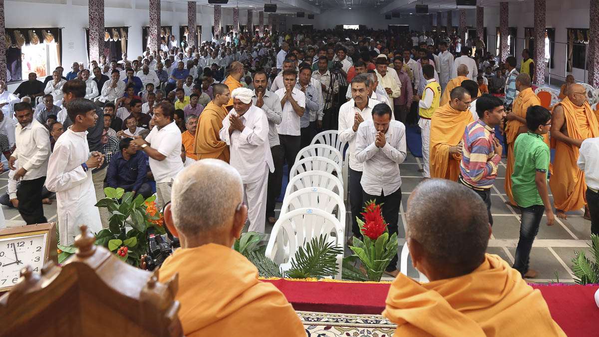 Devotees doing darshan of Param Pujya Mahant Swami, 23 Oct 2016