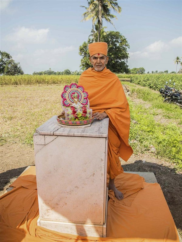 Param Pujya Mahant Swami visits a memorial shrine on the way to River Und, 23 Oct 2016