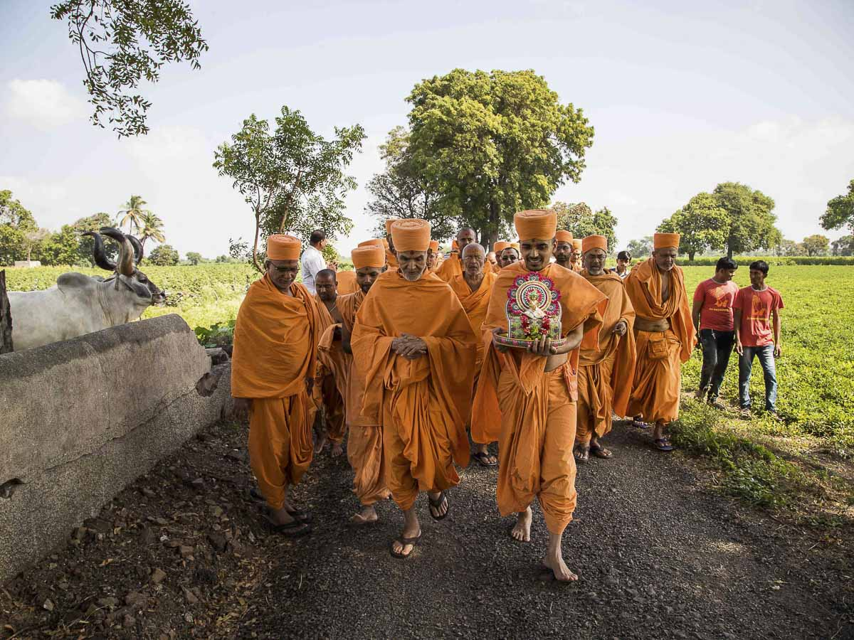 Param Pujya Mahant Swami on his way to the River Und, 23 Oct 2016