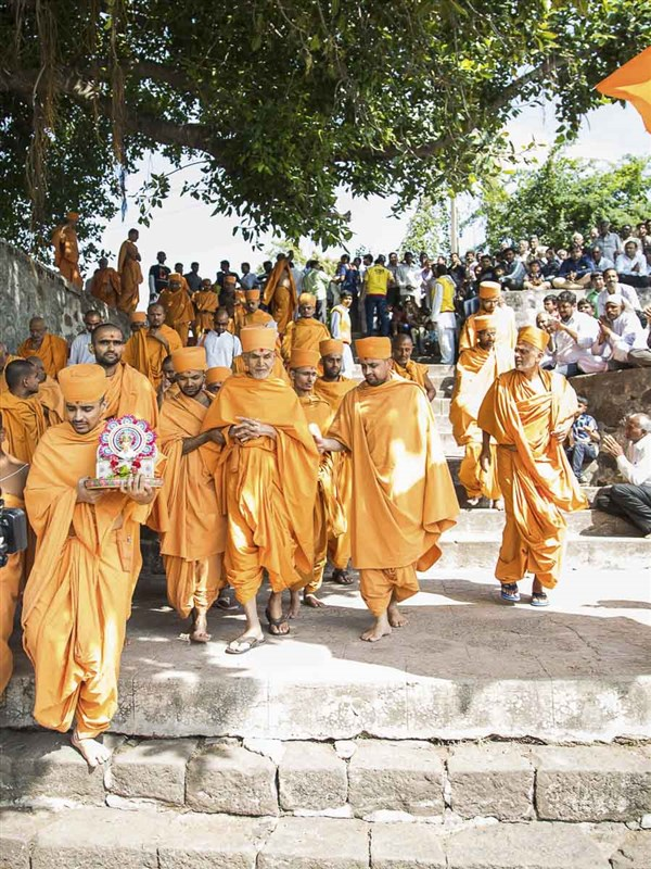 Param Pujya Mahant Swami arrives at the River Und, 23 Oct 2016