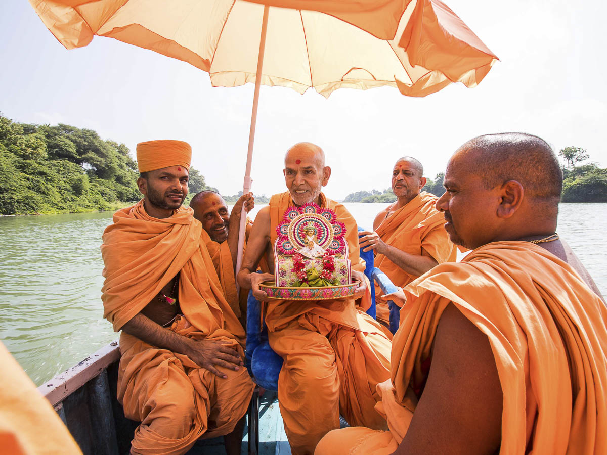 Param Pujya Mahant Swami with Shri Harikrishna Maharaj in the River Und, 23 Oct 2016