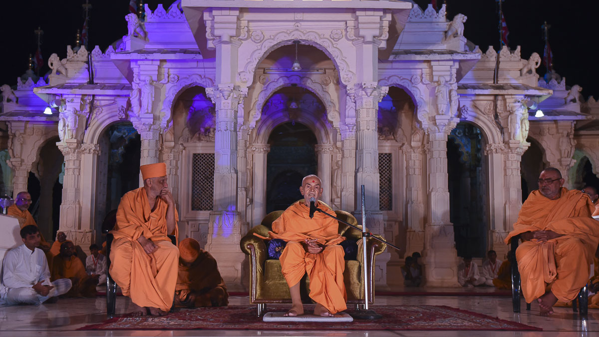 Param Pujya Mahant Swami blesses the welcome assembly, 27 Oct 2016