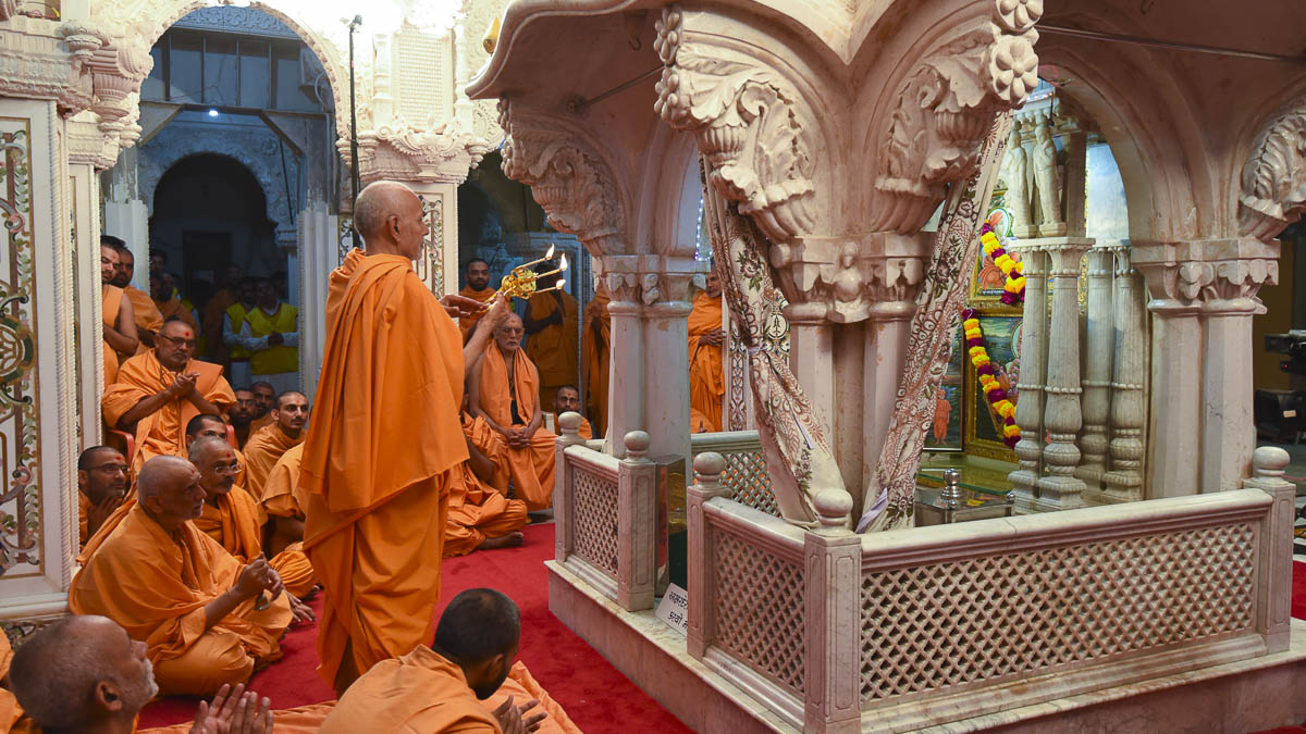 Param Pujya Mahant Swami performs arti in the Akshar Deri, 28 Oct 2016