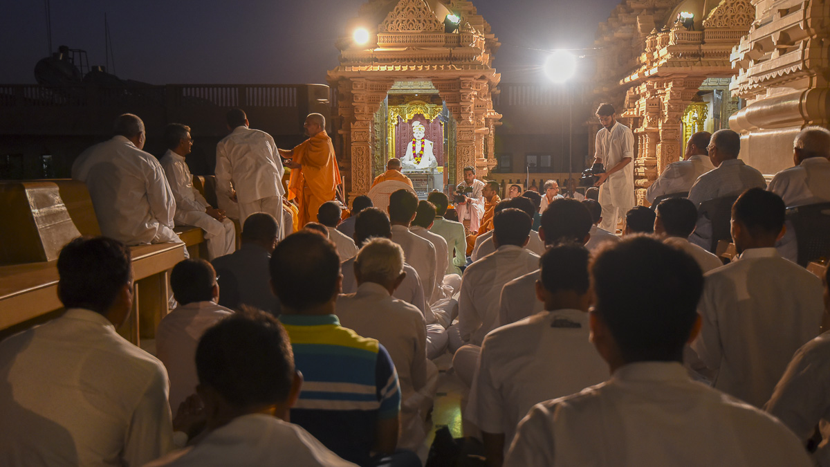 Devotees during mahapuja rituals, 28 Oct 2016