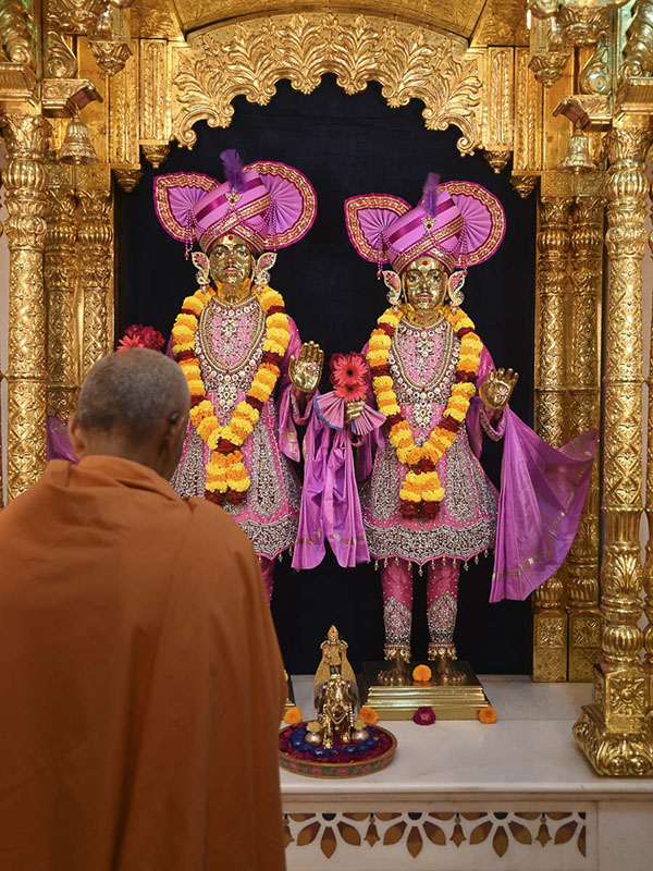 Param Pujya Mahant Swami engrossed in darshan of Thakorji, 28 Oct 2016