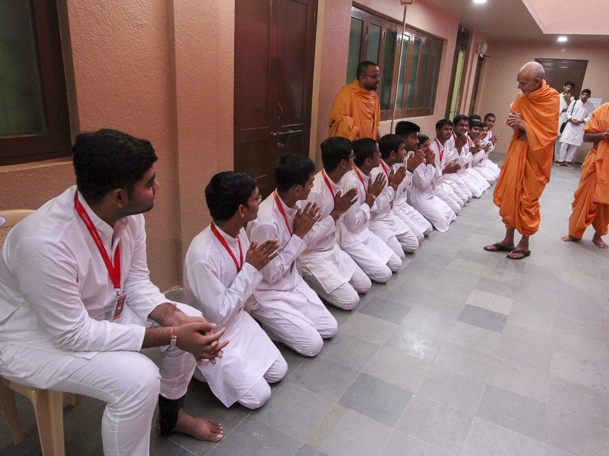 Youths of Yuva Talim Kendra doing darshan of Param Pujya Mahant Swami, 29 Oct 2016