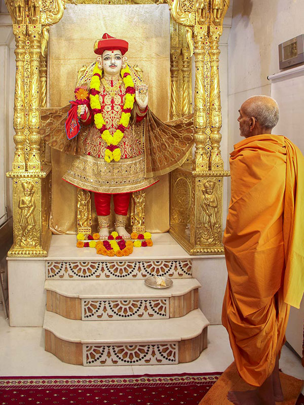 Param Pujya Mahant Swami engrossed in darshan of Thakorji, 29 Oct 2016