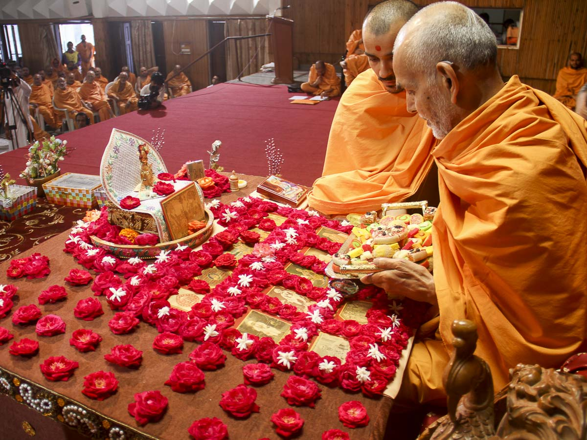 Param Pujya Mahant Swami performs his morning puja, 29 Oct 2016