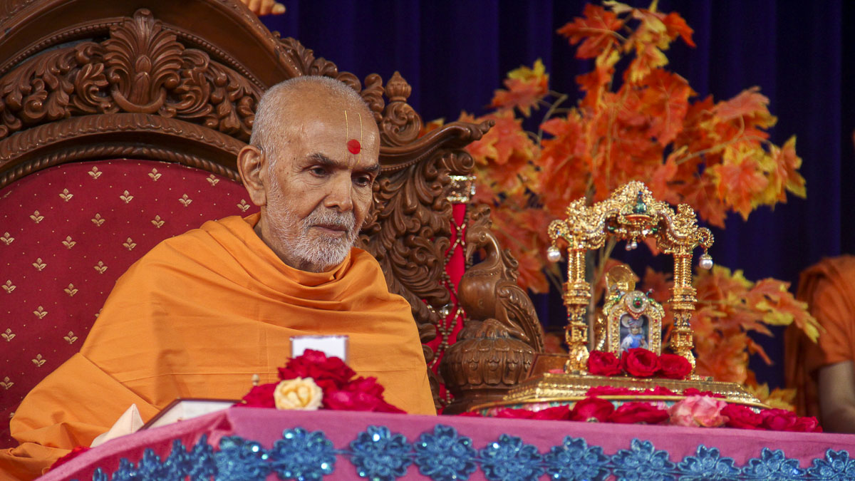 Param Pujya Mahant Swami performs his morning puja, 1 Nov 2016