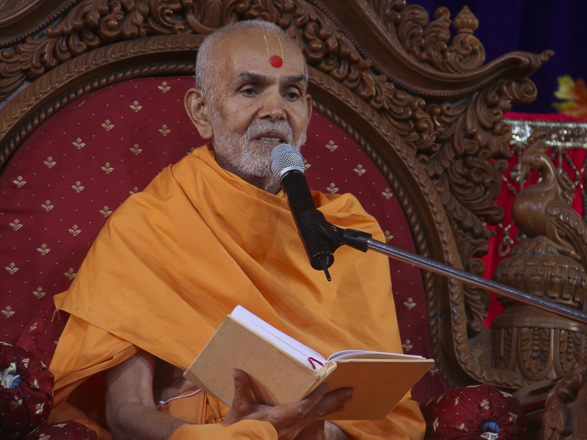 Param Pujya Mahant Swami blesses the morning satsang assembly, 1 Nov 2016