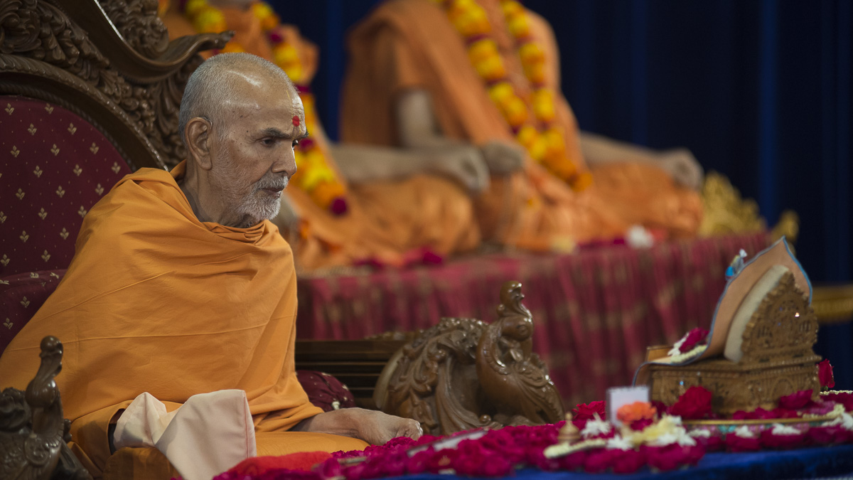 Param Pujya Mahant Swami performs his morning puja, 2 Nov 2016