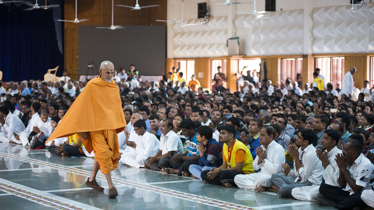 Param Pujya Mahant Swami during his evening walk, 2 Nov 2016