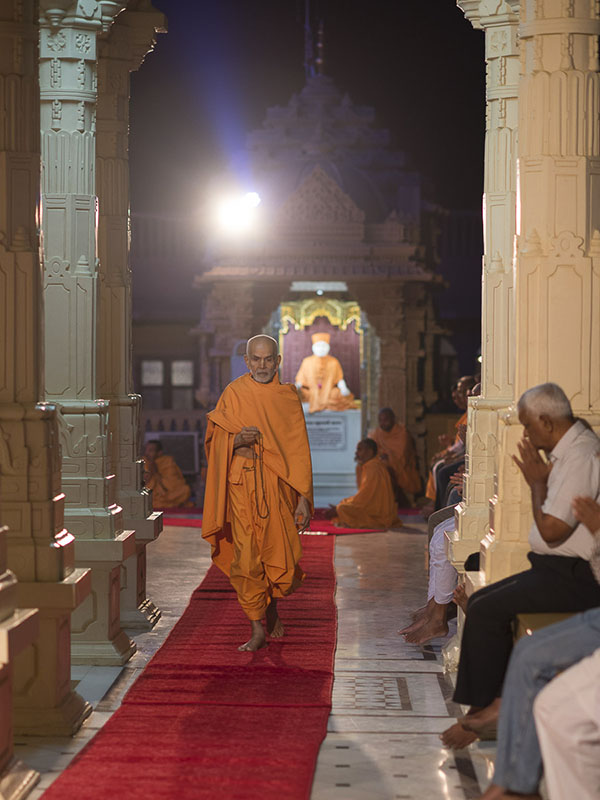 Param Pujya Mahant Swami performs pradakshina of the main mandir, 3 Nov 2016