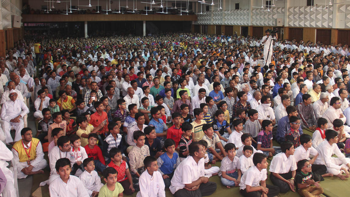 Children and devotees during the Bal Din assembly, 4 Nov 2016