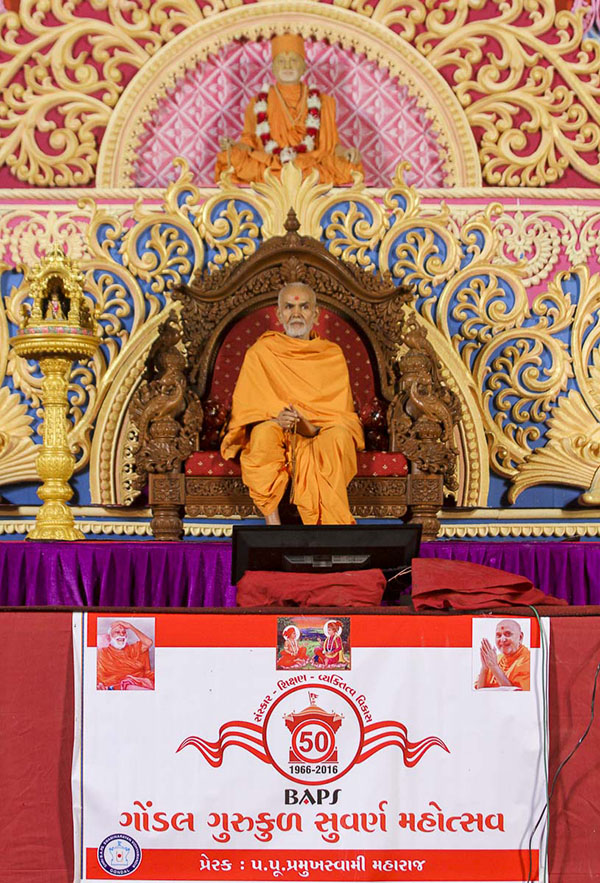 Param Pujya Mahant Swami on stage during the celebration assembly, 5 Nov 2016