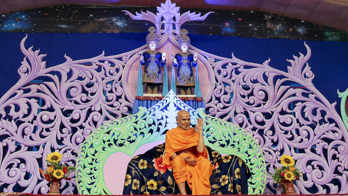 Param Pujya Mahant Swami blesses the welcome assembly, 19 Nov 2016