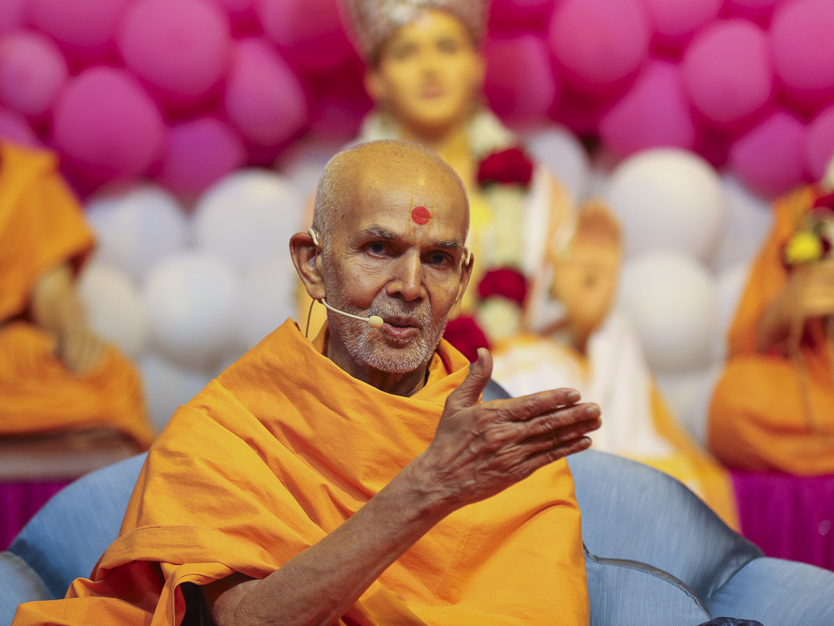 Param Pujya Mahant Swami blesses the welcome assembly, 22 Nov 2016