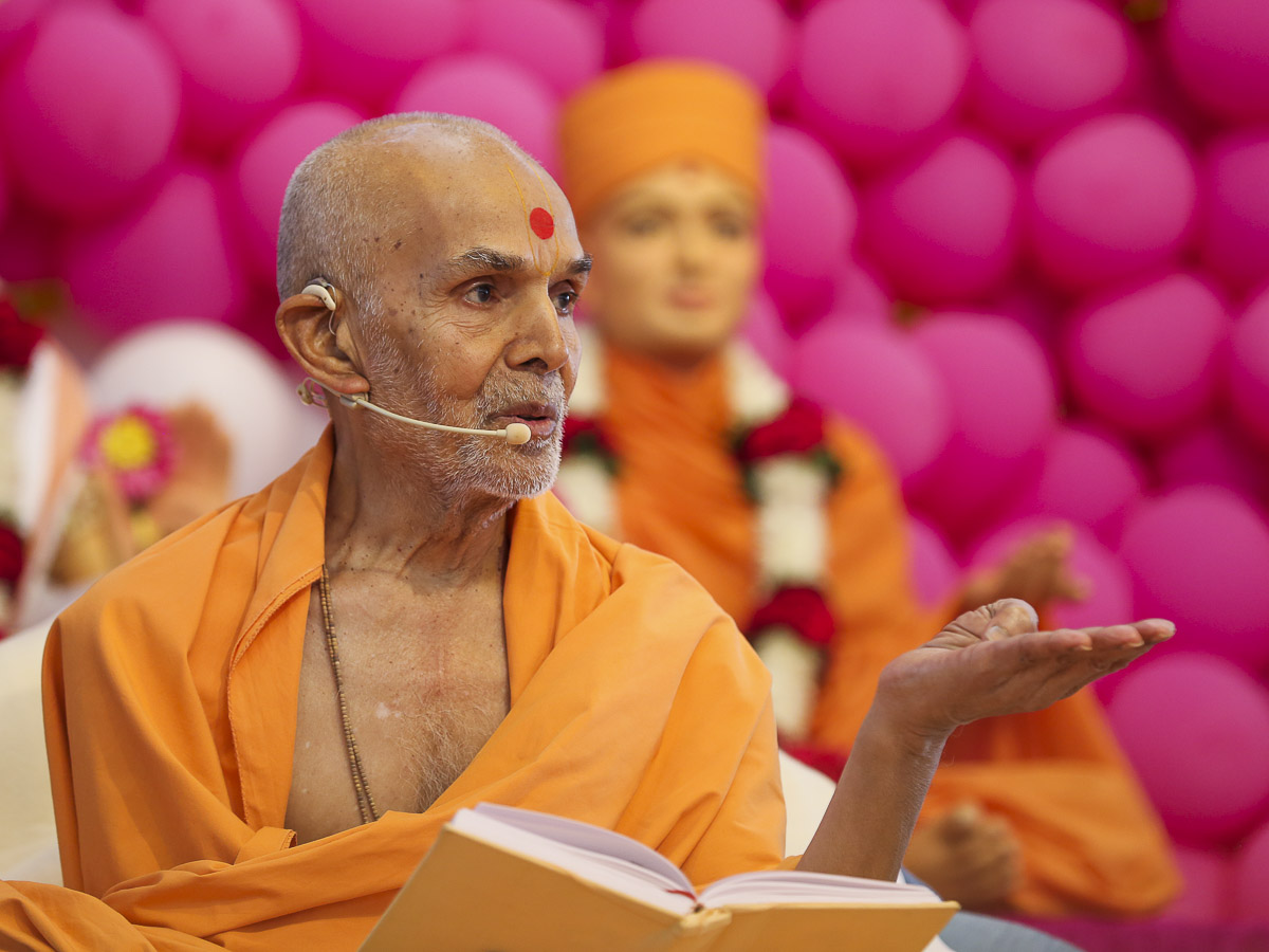 Param Pujya Mahant Swami blesses the morning satsang assembly, 23 Nov 2016