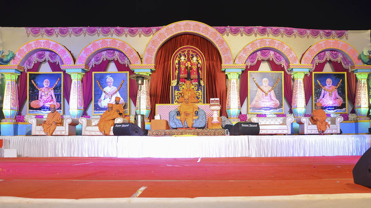 Param Pujya Mahant Swami during the evening satsang assembly, 24 Nov 2016