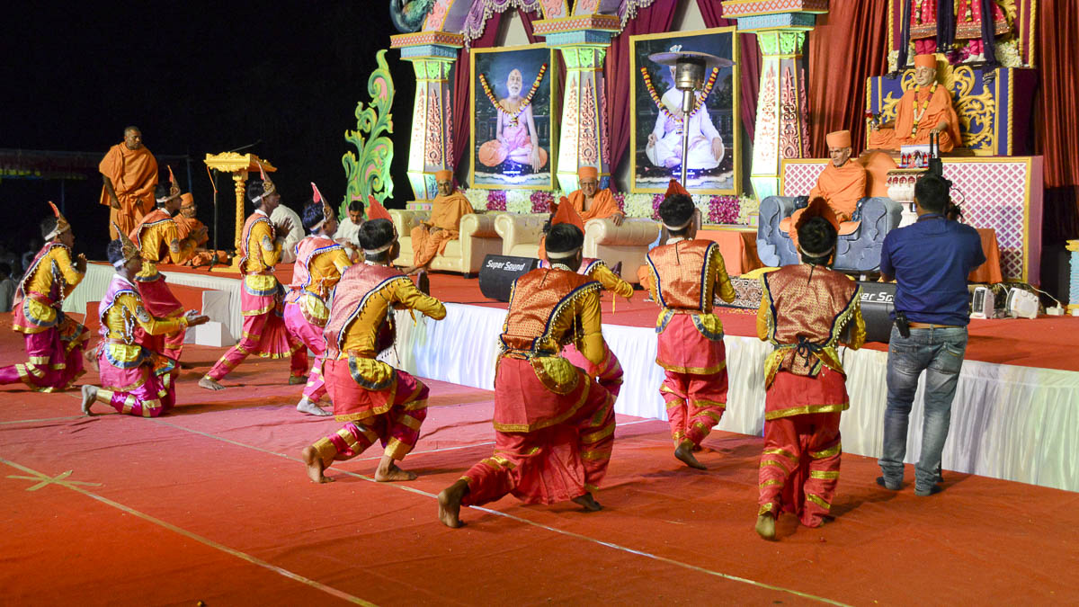 Children perform a cultural dance before Param Pujya Mahant Swami, 24 Nov 2016