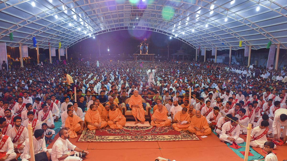 Param Pujya Mahant Swami during the assembly, 25 Nov 2016