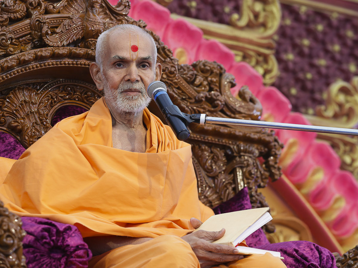 Param Pujya Mahant Swami Maharaj blesses the morning satsang assembly