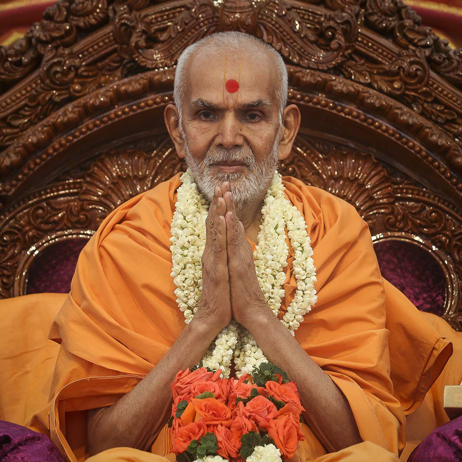 Param Pujya Mahant Swami Maharaj honored with a garland