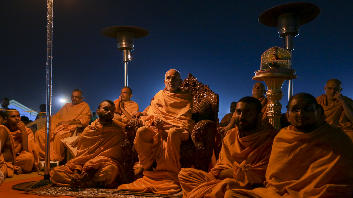 Param Pujya Mahant Swami Maharaj watches light & sound show