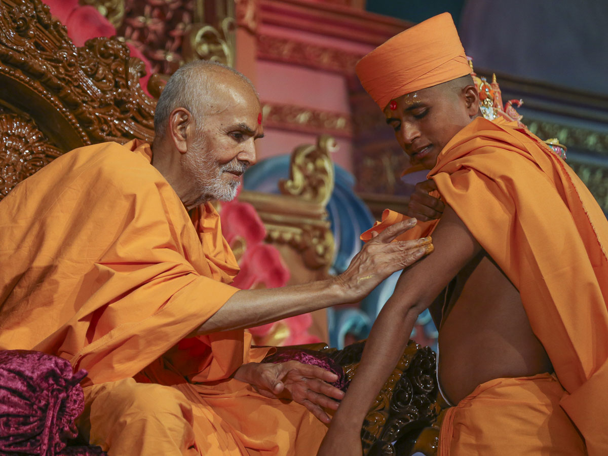 Param Pujya Mahant Swami Maharaj gives diksha mantra to newly initiated sadhus and blesses them, 5 Dec 2016