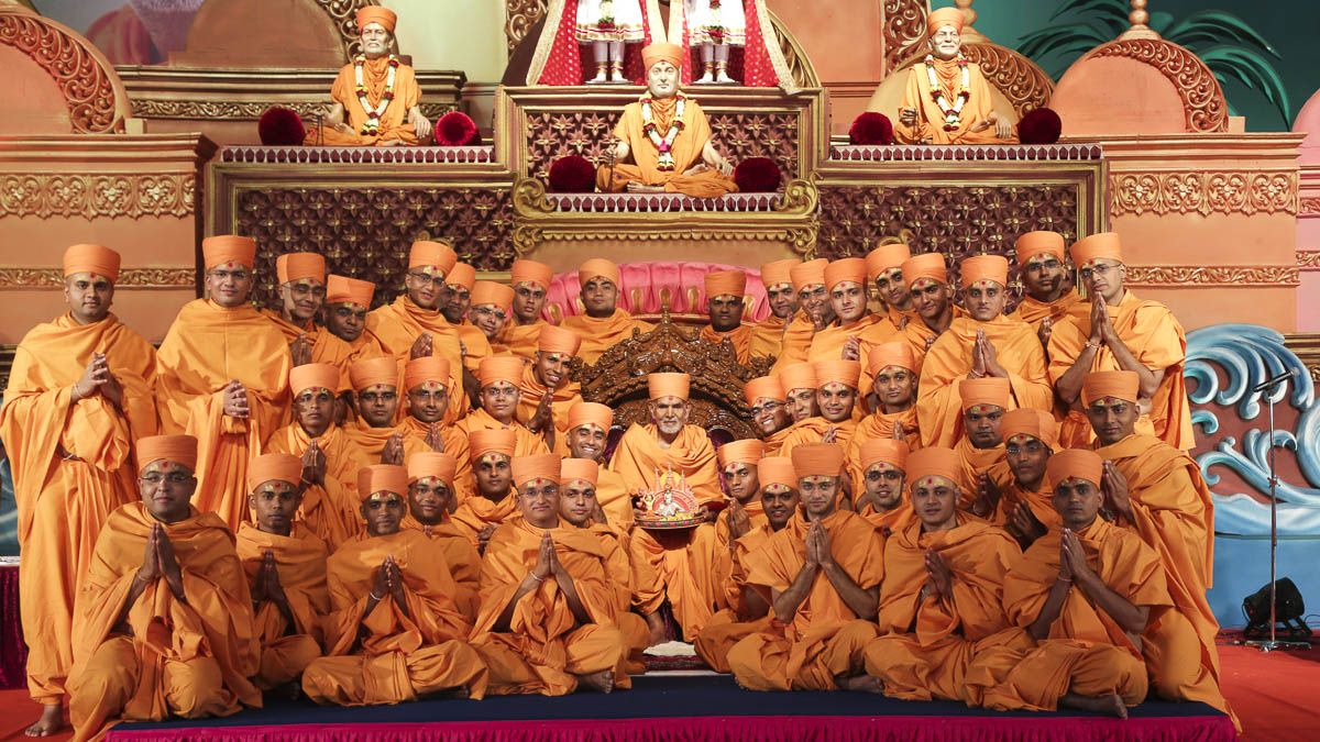 Newly initiated sadhus with Param Pujya Mahant Swami Maharaj, 5 Dec 2016