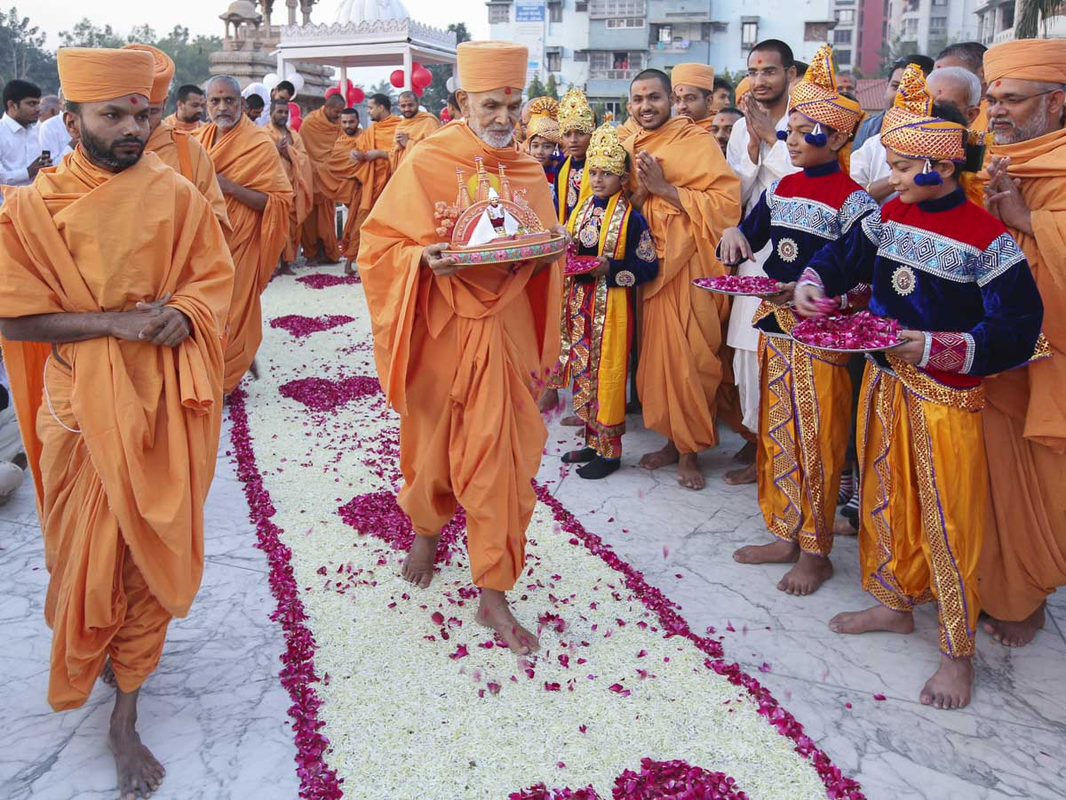 Param Pujya Mahant Swami Maharaj arrives for patotsav ceremony, 6 Dec 2016