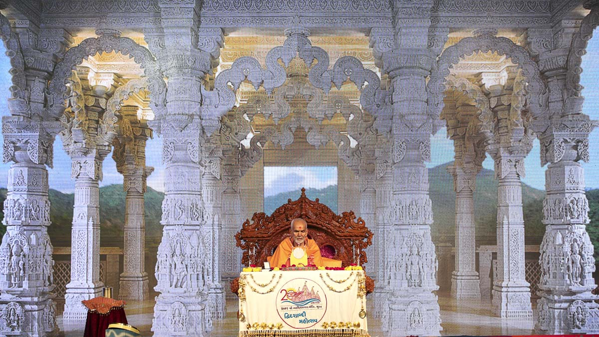 Param Pujya Mahant Swami Maharaj performs his morning puja, 6 Dec 2016