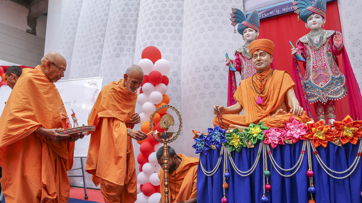 Param Pujya Mahant Swami Maharaj lights the inaugural lamp for new BAPS Swaminarayan Vidyamandir, Surat, 6 Dec 2016