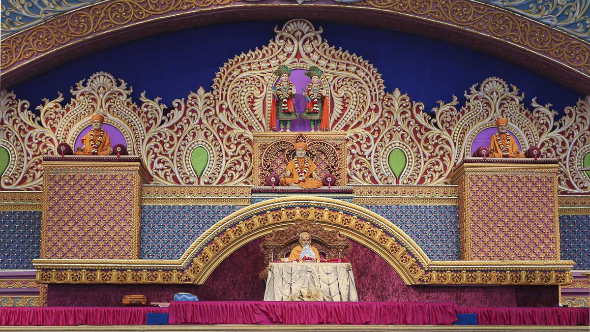 Param Pujya Mahant Swami Maharaj performs his morning puja, 7 Dec 2016