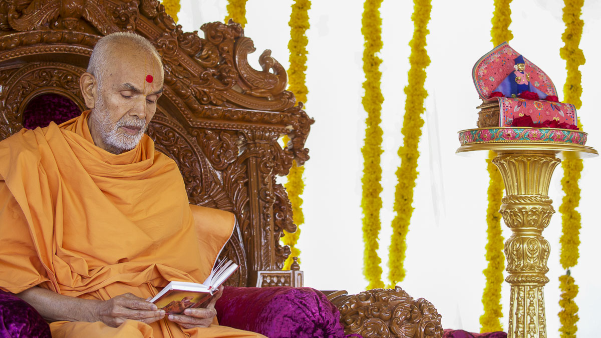 Param Pujya Mahant Swami Maharaj performs his morning puja, 8 Dec 2016
