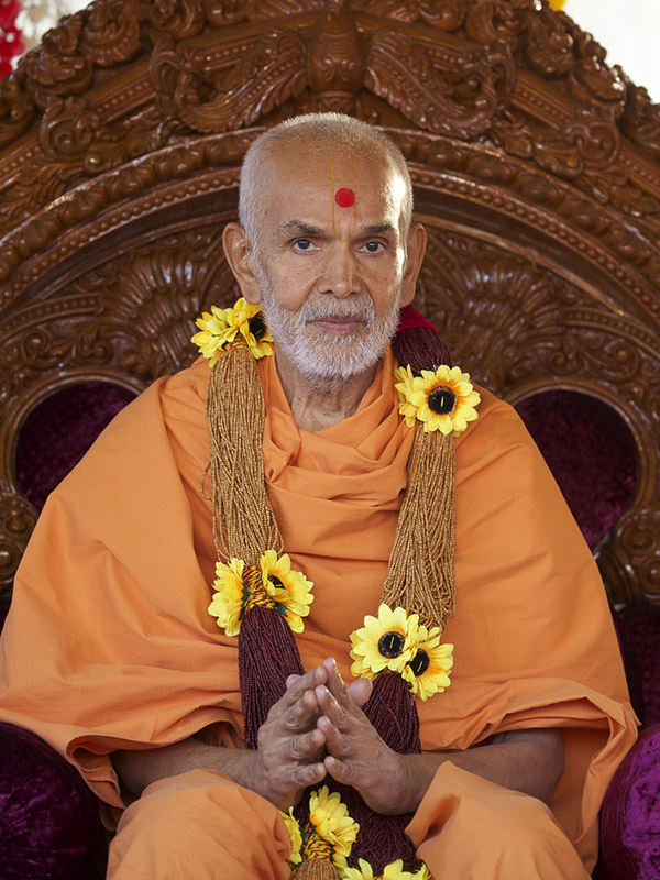 Param Pujya Mahant Swami Maharaj honored with a garland, 8 Dec 2016