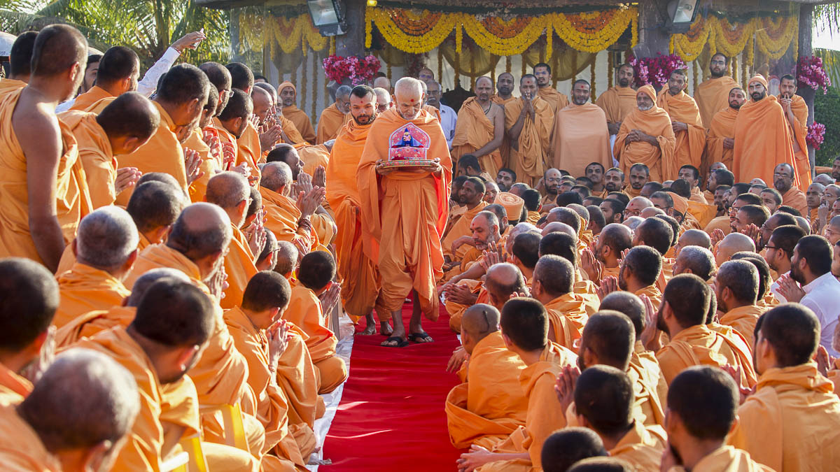 Sadhus doing darshan of Param Pujya Mahant Swami Maharaj, 8 Dec 2016