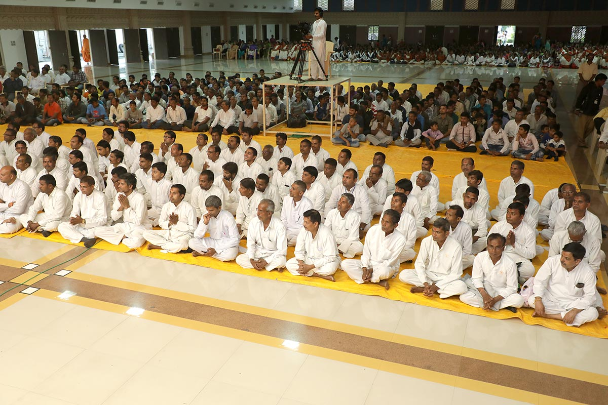 Karyakars and devotees during the evening satsang asembly, 12 Dec 2016