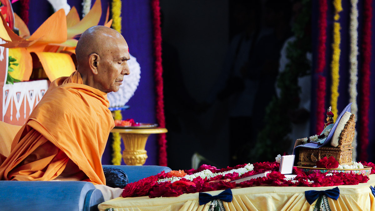 Param Pujya Mahant Swami Maharaj performs his morning puja, 14 Dec 2016