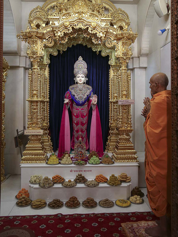 Param Pujya Mahant Swami Maharaj engrossed in darshan of Thakorji, 16 Dec 2016
