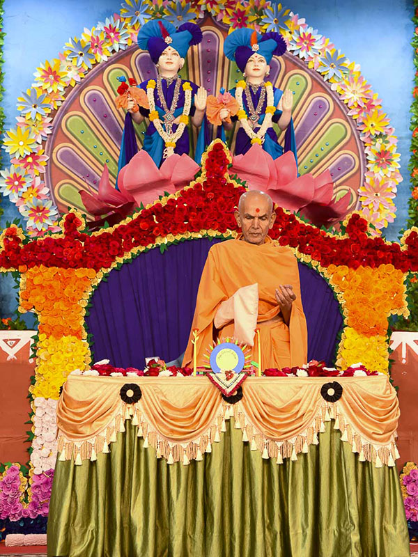 Param Pujya Mahant Swami Maharaj performs his morning puja, 16 Dec 2016
