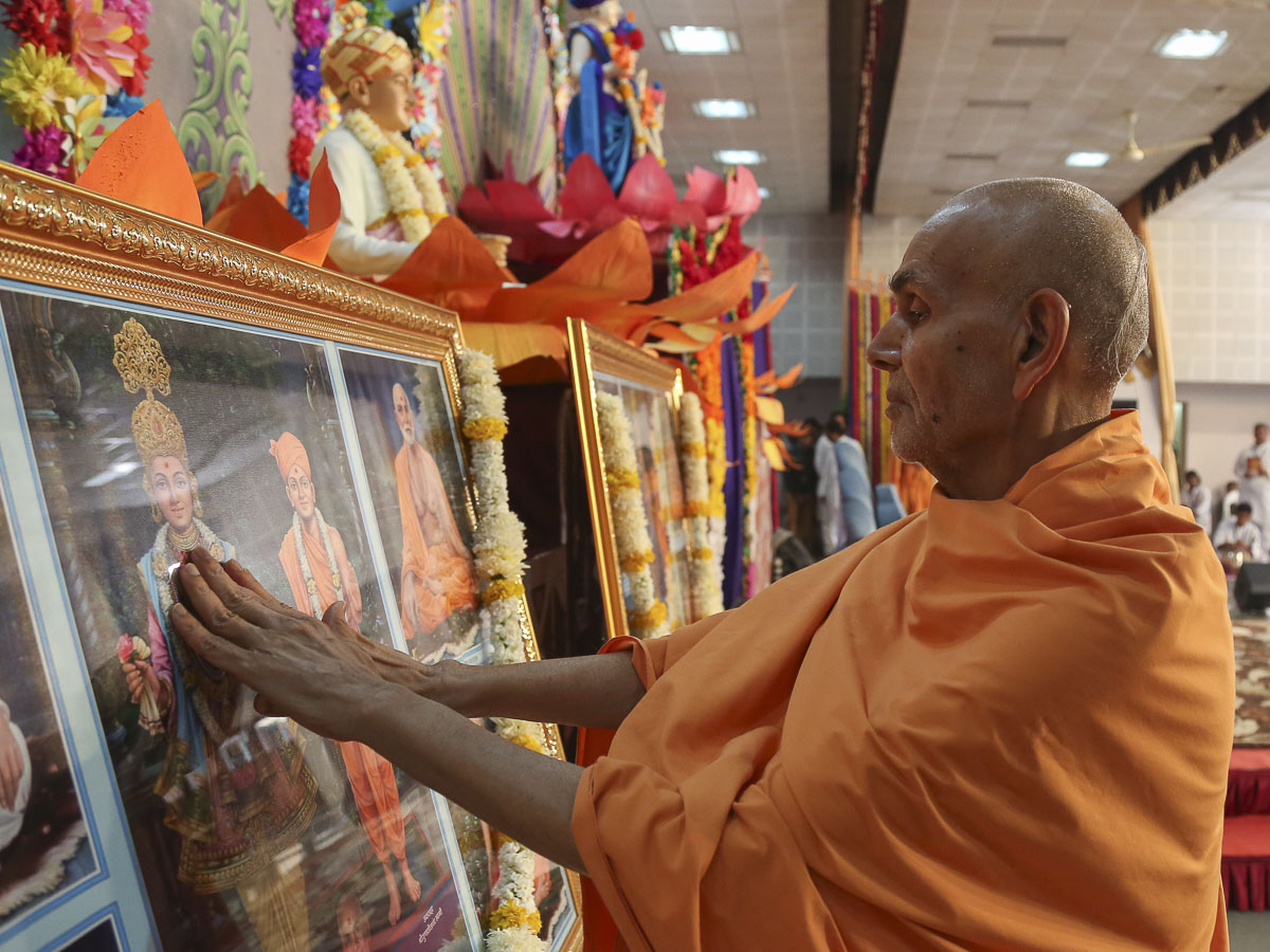 Param Pujya Mahant Swami Maharaj performs pratishtha rituals of murtis for BAPS Shri Swaminarayan mandirs in suburbs of Vaghchhipa and Vapi, 16 Dec 2016
