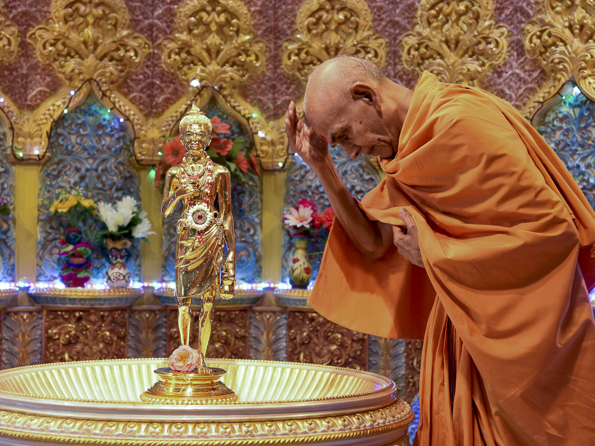 Param Pujya Mahant Swami Maharaj bows at the murti of Shri Nilkanth Varni, 16 Dec 2016